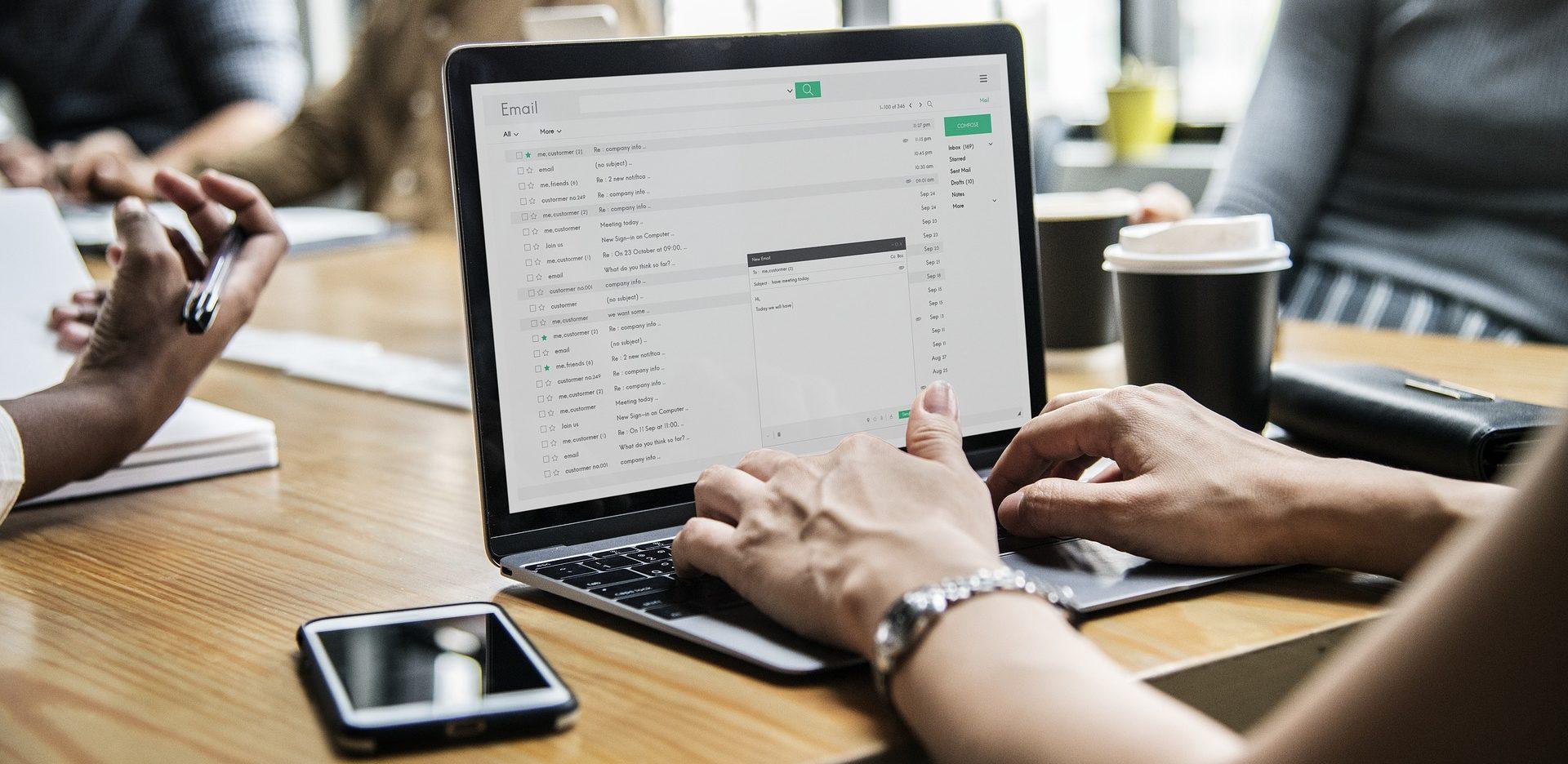 Arbeitsumfeld und Motivation der Mitarbeiter: Entscheidend sind etwa das soziale Umfeld und Ressourcen wie die technische Ausrüstung